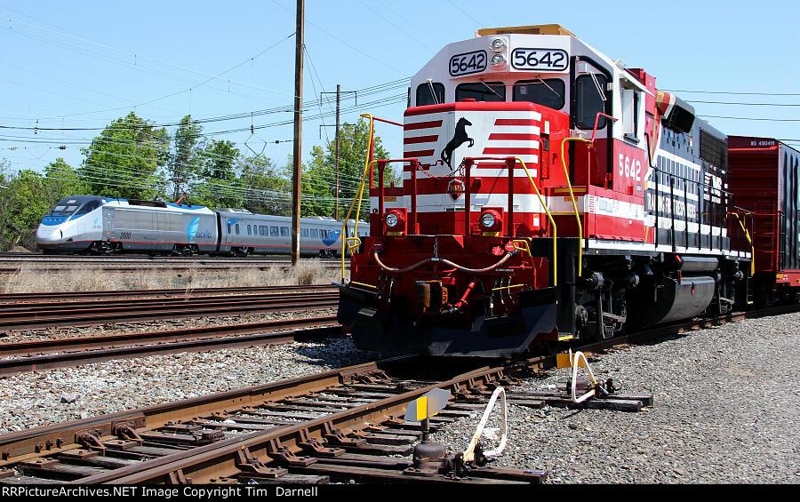NS 5642 & Amtrak 2000